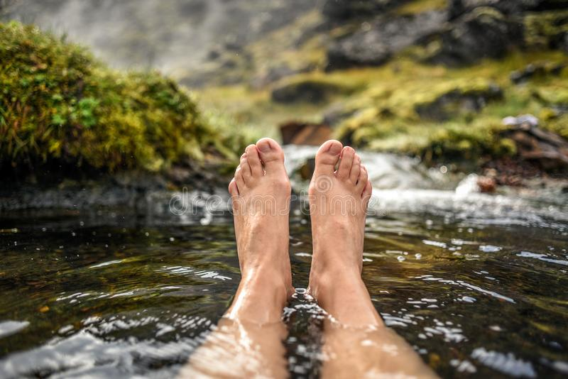 Ноги ` s женщины купая в горячем источнике в moun Landmannalaugar стоковое изображение rf