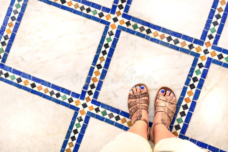 Ноги selfie от верхнего взгляда путешественника женщины в сандалии во время путешествия задействуют по всему миру Фото сувенира m стоковое фото rf
