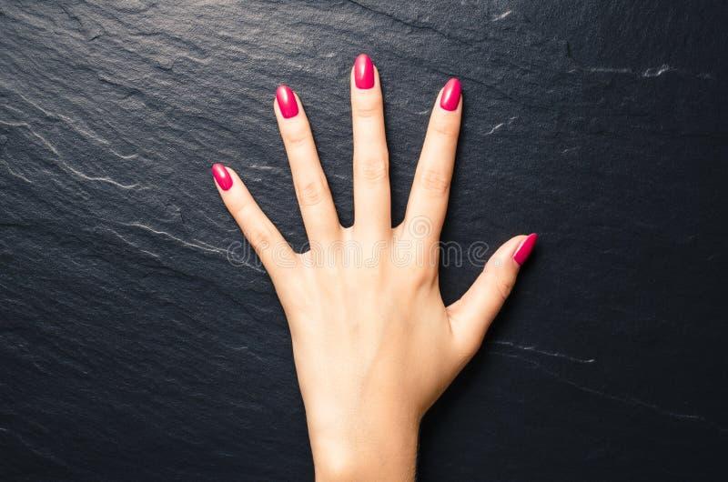 Ногти женщины стоковая фотография