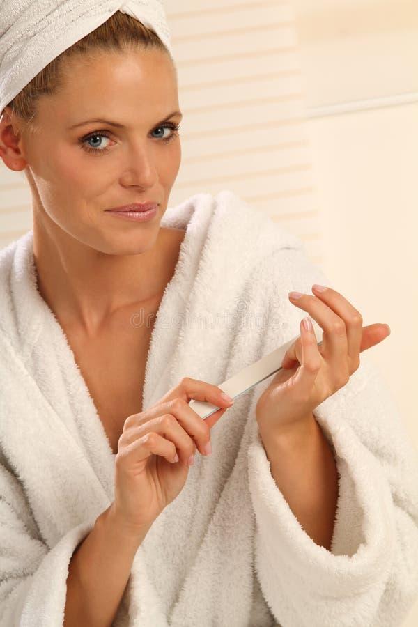 Download ногти опиловки стоковое изображение. изображение насчитывающей женщина - 18394595