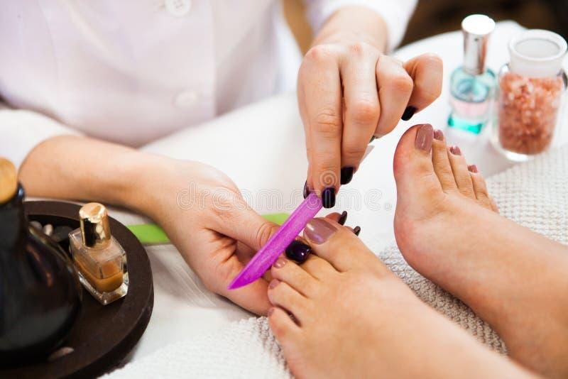 Ногти Beautician полируя, pedicure Обработка заботы ноги и na стоковое фото rf