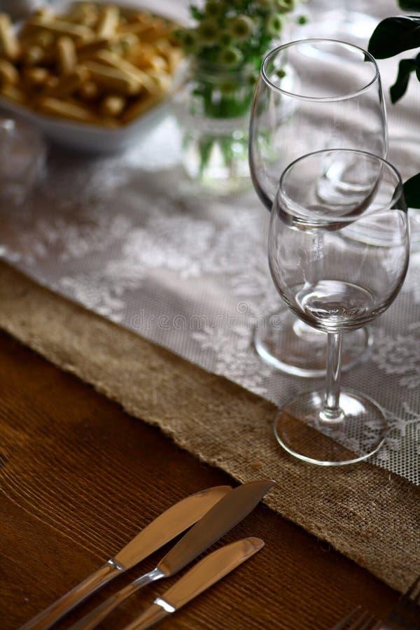 Ножи на таблице стоковая фотография rf