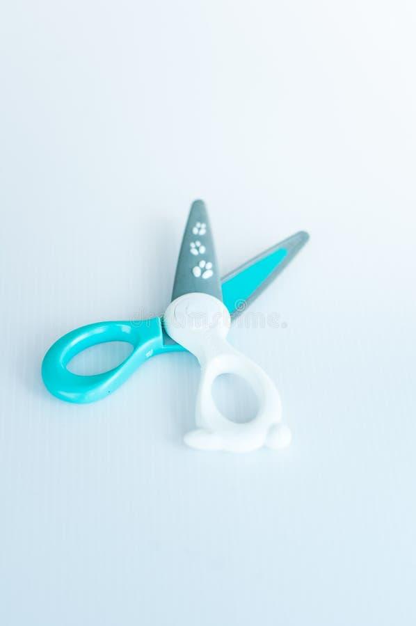 Ножницы детей красочные безопасные на белой предпосылке стоковое изображение