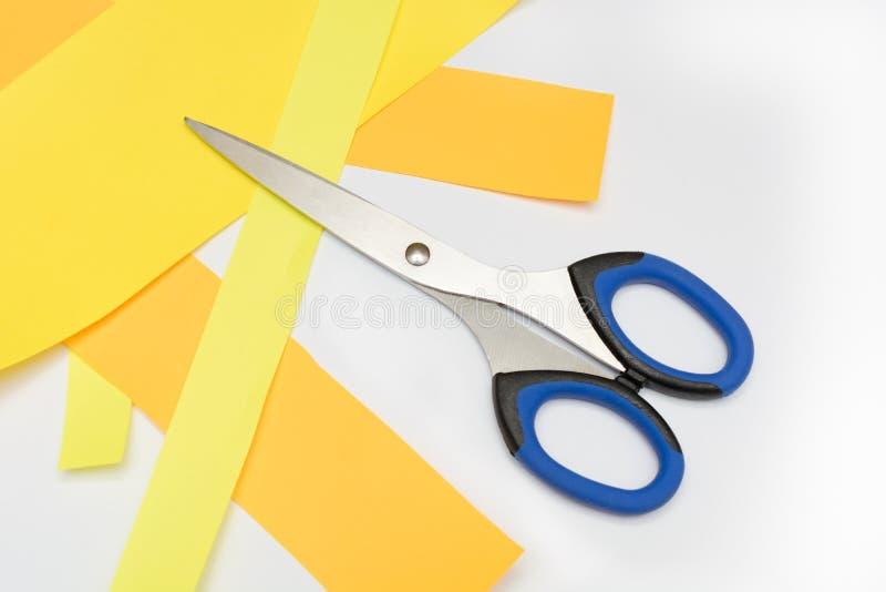 Ножницы для искусства детей на листах покрашенной бумаги стоковые фотографии rf