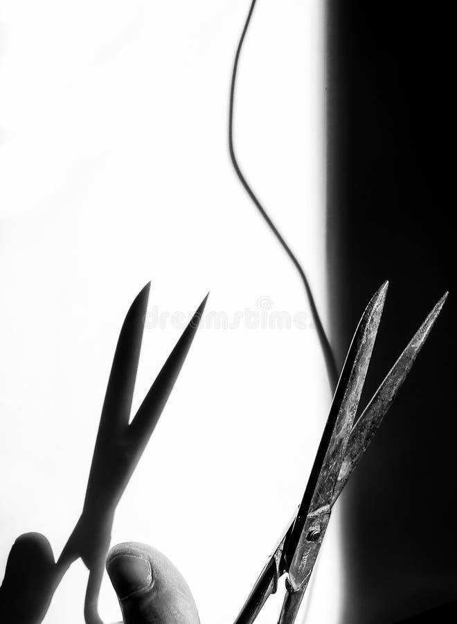Ножницы металла в черно-белом около отрезать поток, с бросанием тени на черно-белой предпосылке стоковые фотографии rf