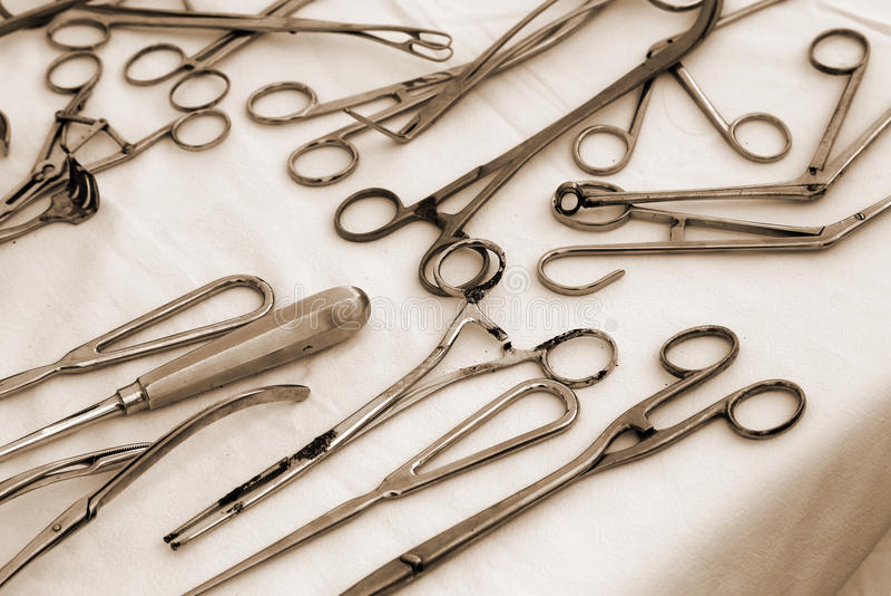 Ножницы пинцета и другие старые медицинские инструменты стоковые фото
