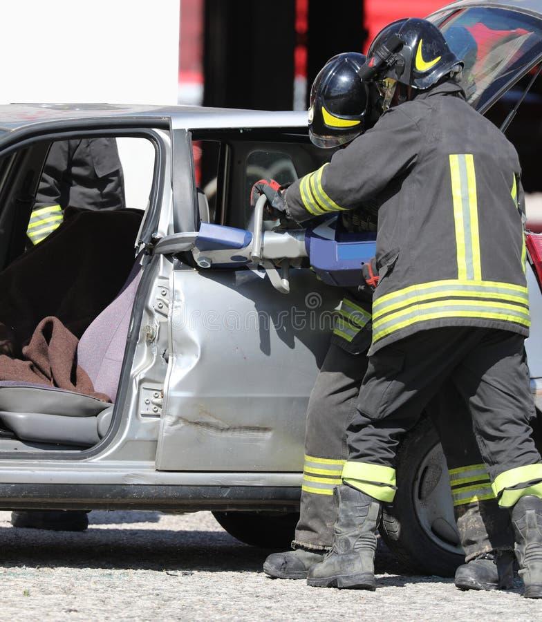 Ножницы пожарных большие раскрывают автомобиль на дороге стоковое фото