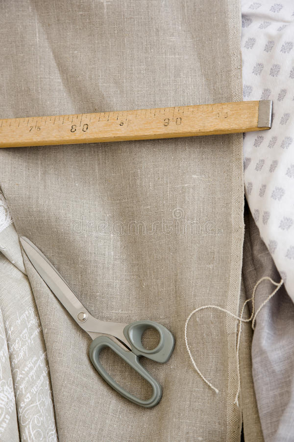 Ножницы, правитель и ткань Тейлора стоковое изображение rf