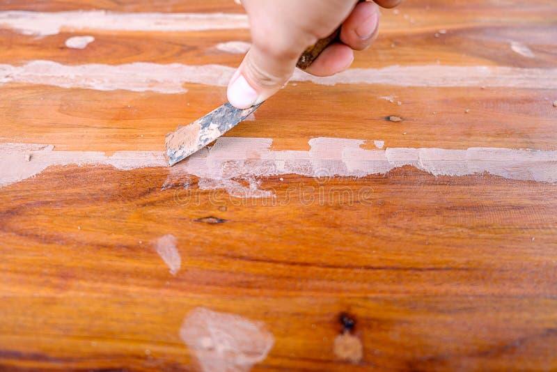Нож замазки на деревянном поле стоковые фото