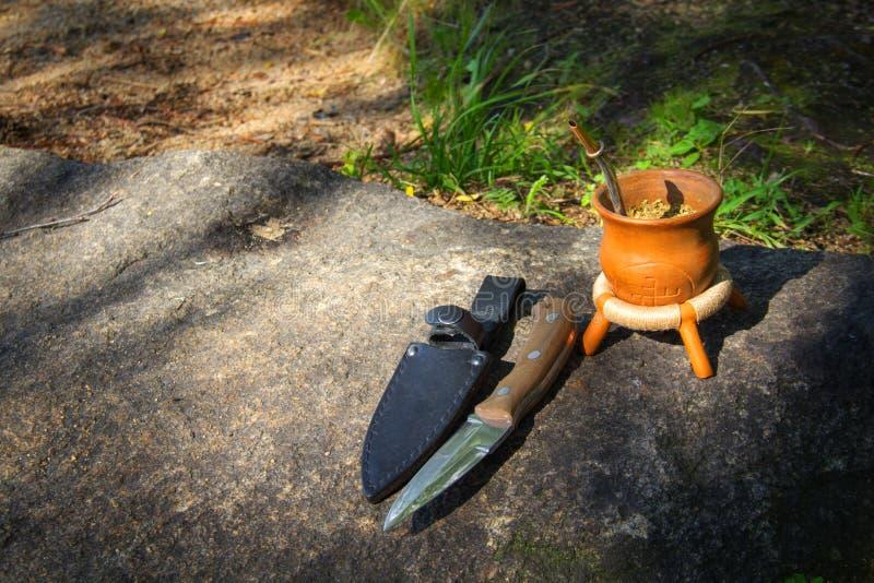 Нож звероловства на камне в лесе стоковая фотография