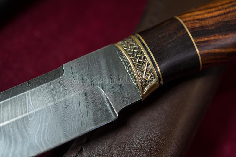 Нож звероловства от стали Дамаска стоковая фотография