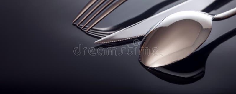 Нож и вилка, ложка, на черной предпосылке стоковые фотографии rf