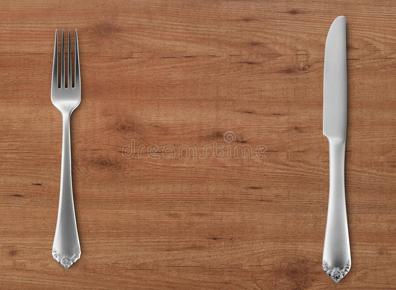 Нож и вилка таблицы на древесине стоковая фотография rf