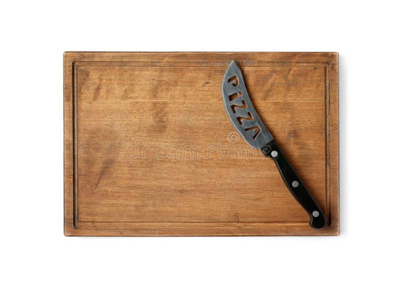 Нож пиццы с деревянной доской изолированной на белизне стоковая фотография