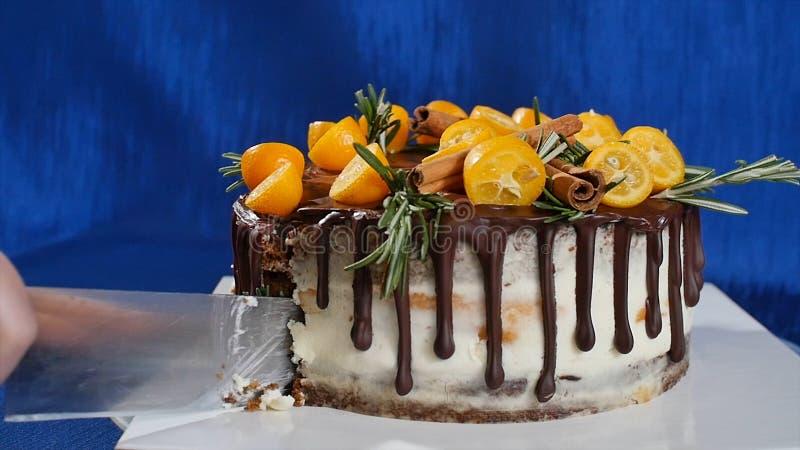 Нож режет торт с клубниками и голубики закрывают вверх Резать торт клубники с ножом Клубника плодоовощ стоковая фотография rf