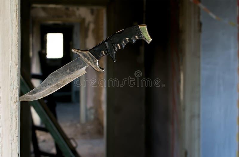 Нож ужасного бой старый вставленный во входе стоковое фото