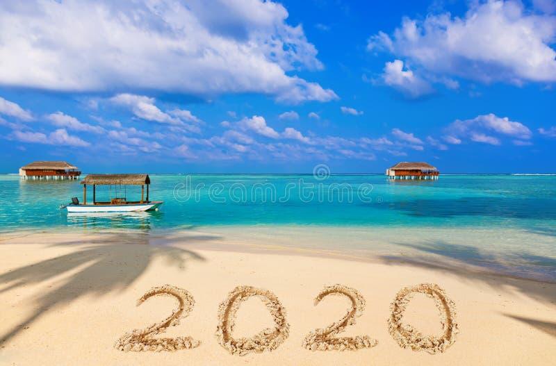 Номера 2020 на пляже стоковые изображения rf