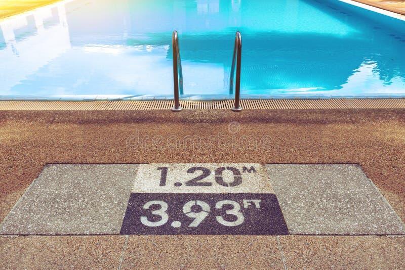 Номера показывают глубину бассейна для предупреждения безопасности стоковое изображение