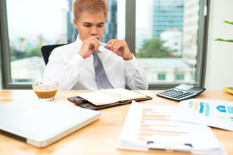 Номера, фактуры и финансовое бюджета бизнесмена расчетливые стоковое изображение rf
