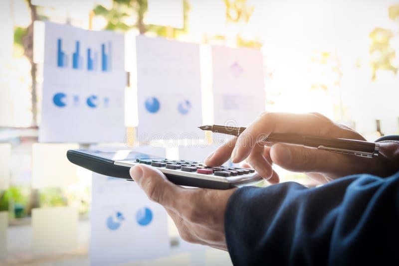 Номера, фактуры и fi бюджета человека финансов дела расчетливые стоковые изображения rf