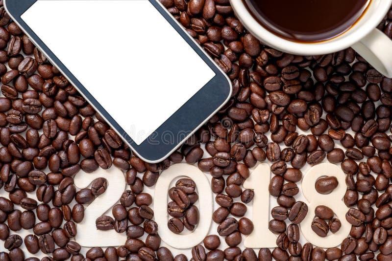 2018 номеров в предпосылке кофейных зерен с умными телефоном и cof стоковые фотографии rf