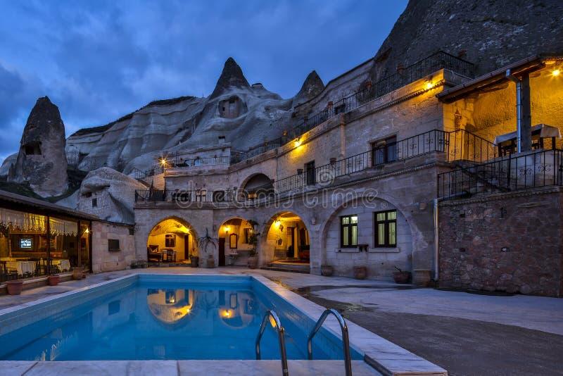 Download Номер каппа свой гостиница пещеры утеса на Night02 Стоковое Изображение - изображение насчитывающей ноча, гостиница: 41659203