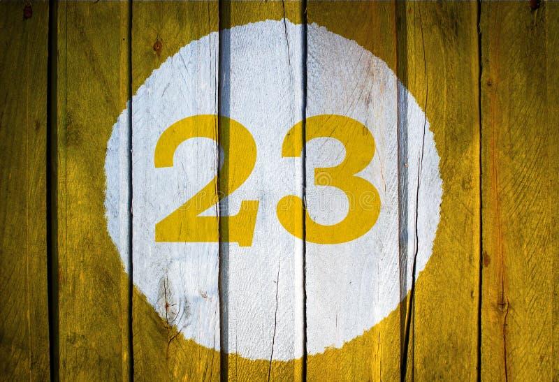 Номер дома или дата календаря в белом круге на желтом тонизированном wo стоковое фото