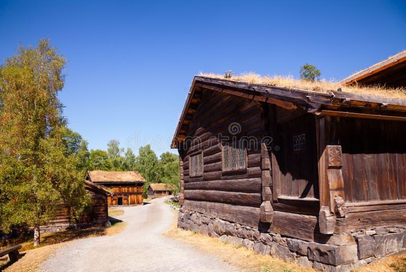 Норвежские деревянные дома на музее Лиллехаммере Oppland Норвегии Скандинавии людей Maihaugen стоковые изображения