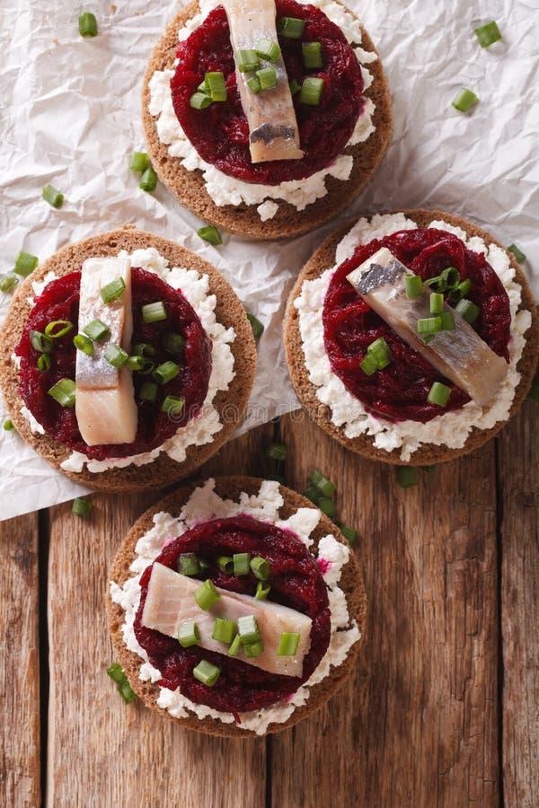 Норвежские сандвичи с плавленым сыром сельдей, бурака и Ve стоковые фото