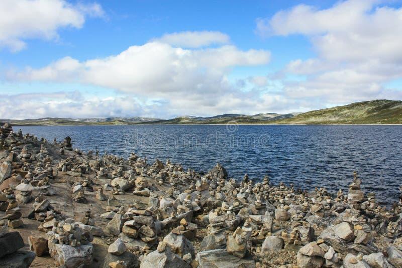 Норвежские фьорд, камни и утесы, голубое небо с облаками стоковые изображения