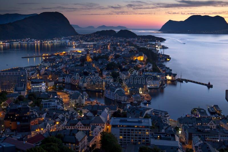 Норвежский прибрежный город Aalesund сфотографировал на ноче стоковое фото rf