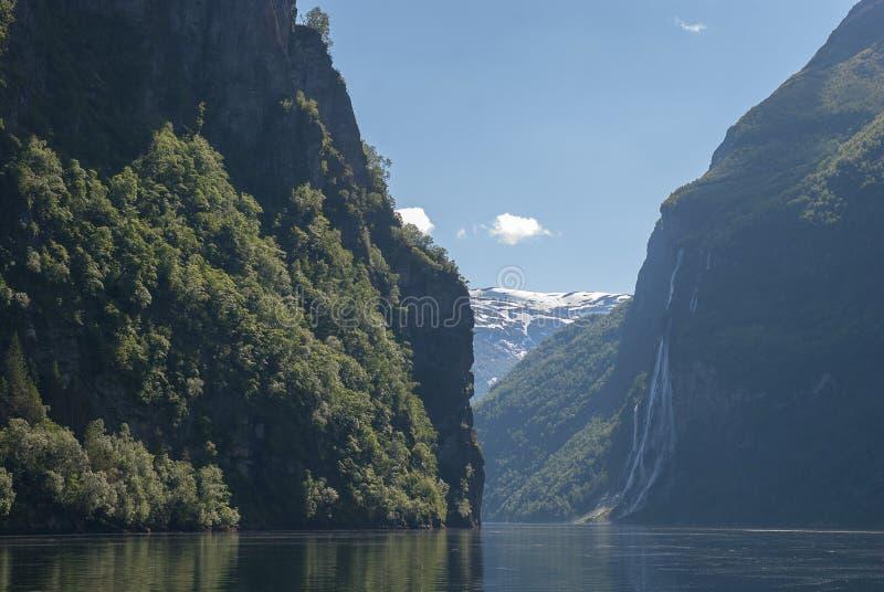 Норвежский холм горы с водопадом стоковое фото
