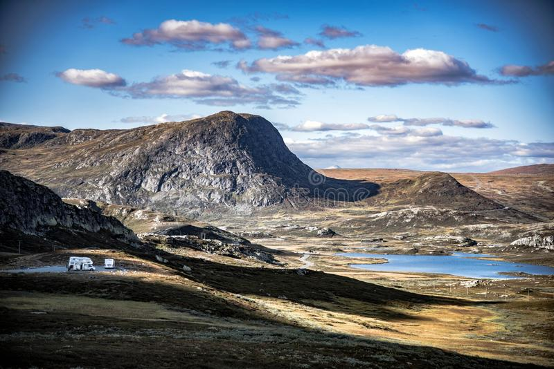 Норвежское озеро и дом на колесах стоковая фотография rf