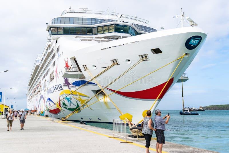 Норвежское туристическое судно звезды NCL состыкованное на терминале порта круиза Phillipsburg в Sint Maarten стоковое фото rf