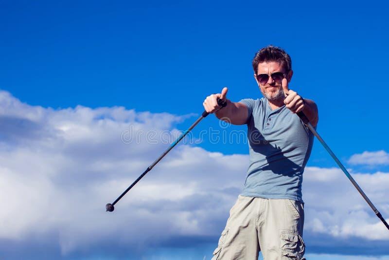 Нордический идти, тренировка, приключение, пешая концепция - укомплектуйте личным составом пеший туризм стоковое изображение rf