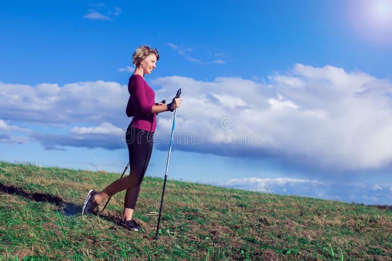 Нордический идти, тренировка, приключение, пешая концепция - hik женщины стоковое изображение rf