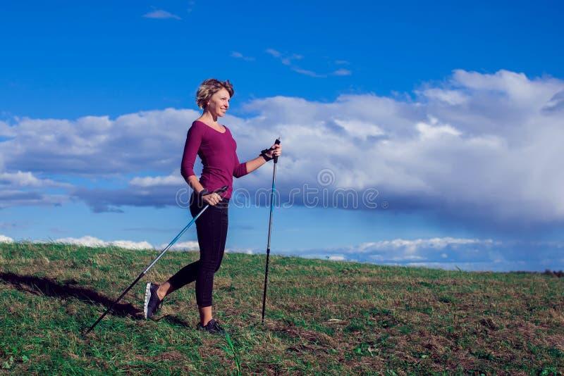 Нордический идти, тренировка, приключение, пешая концепция - hik женщины стоковые изображения