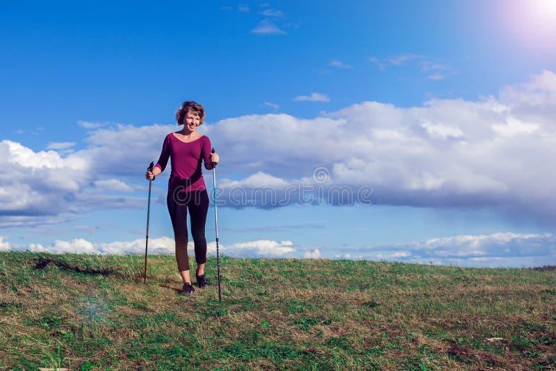 Нордический идти, тренировка, приключение, пешая концепция - hik женщины стоковое изображение