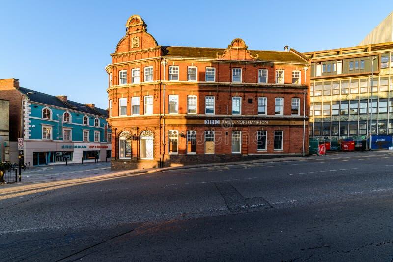 Нортгемптон, Великобритания - 10-ое августа 2017: Ясный взгляд утра неба здания радио BBC на улице Abington в Northampton Town стоковое фото rf
