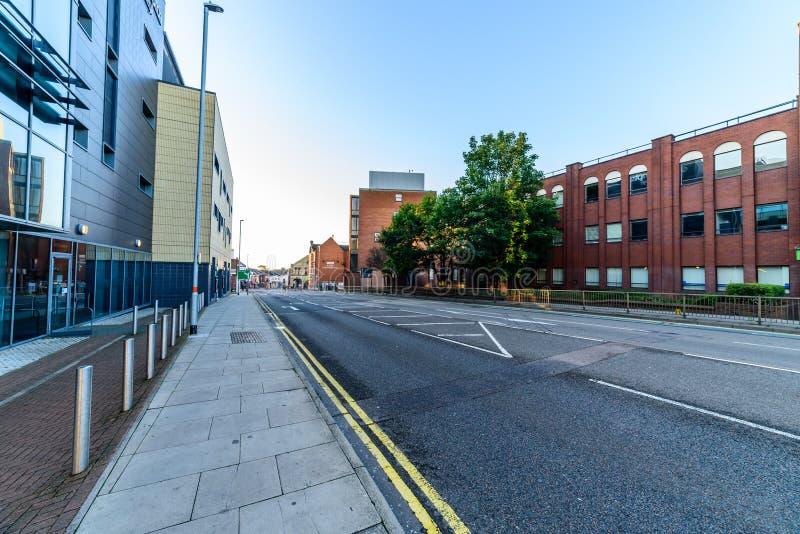 Нортгемптон, Великобритания - 10-ое августа 2017: Ясный взгляд утра неба улиц центра Northampton Town стоковое изображение