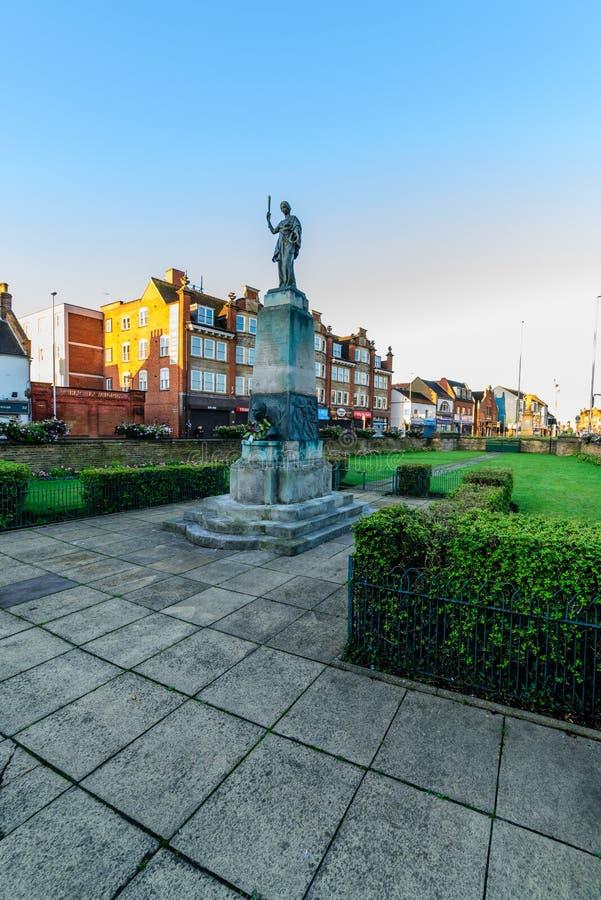 Нортгемптон, Великобритания - 10-ое августа 2017: Ясный взгляд утра неба памятника Mobbs мемориального на улице Northampton Town  стоковые изображения rf