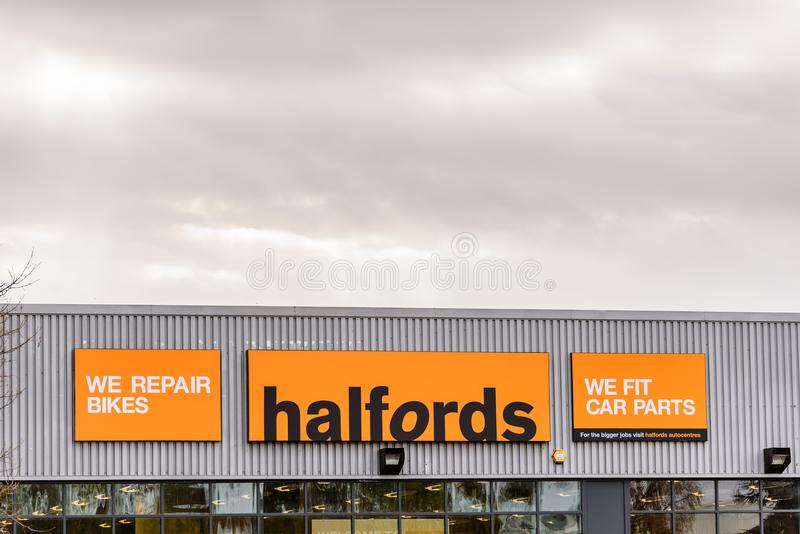 Нортгемптон Великобритания 29-ое октября 2017: Логотип Halfords подписывает внутри Northampton Town центризует стоковое фото