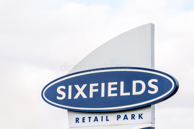 Нортгемптон Великобритания 29-ое октября 2017: Стойка знака логотипа парка розницы Sixfields стоковое изображение