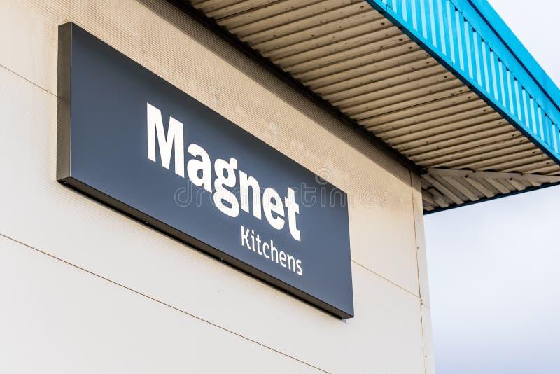 Нортгемптон Великобритания 5-ое января 2018: Знак логотипа кухонь магнита на стене склада стоковое фото
