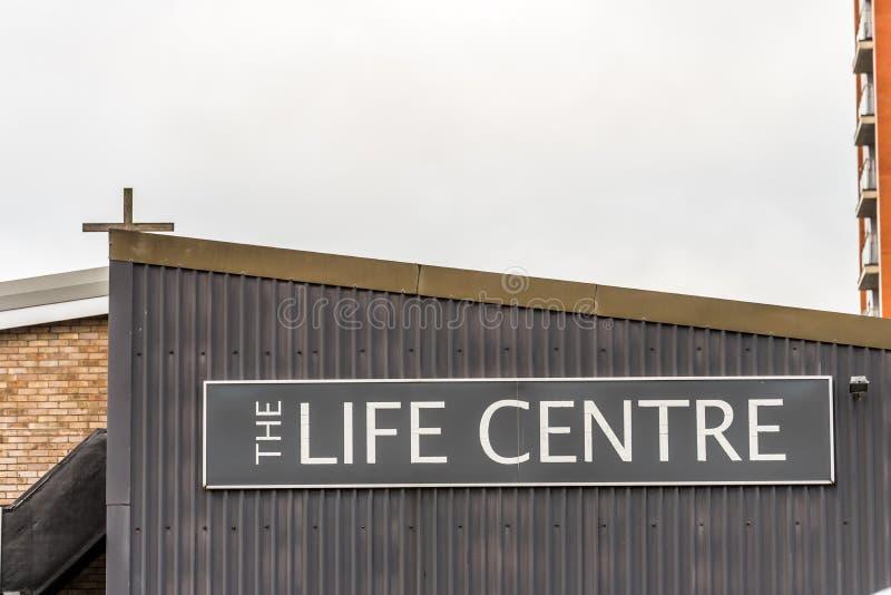 Нортгемптон Великобритания 5-ое января 2018: Логотип центра жизни подписывает внутри Northampton Town центризует стоковая фотография rf