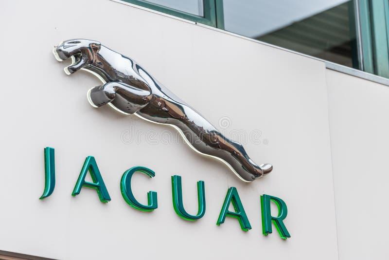 Нортгемптон Великобритания 11-ое января 2018: Стойка знака логотипа ягуара в центре Northampton Town стоковая фотография