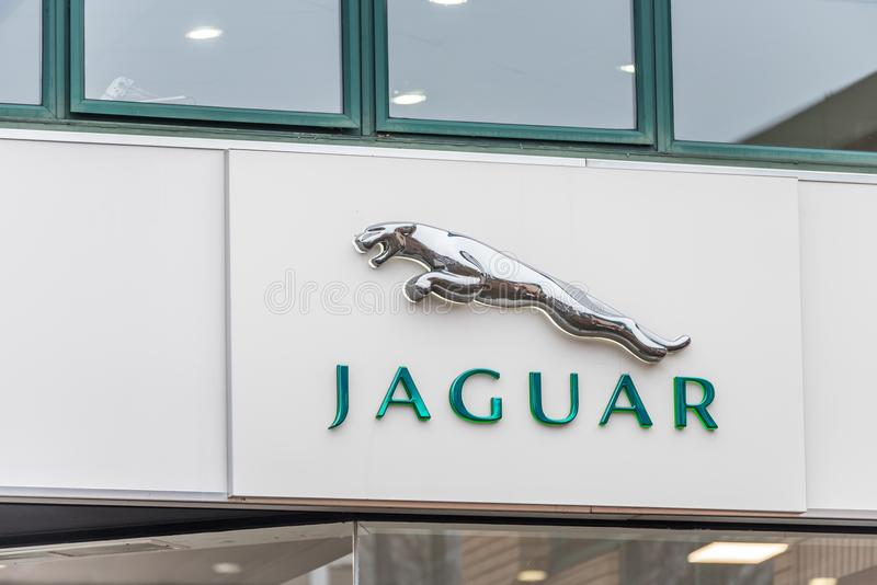Нортгемптон Великобритания 11-ое января 2018: Стойка знака логотипа ягуара в центре Northampton Town стоковое фото