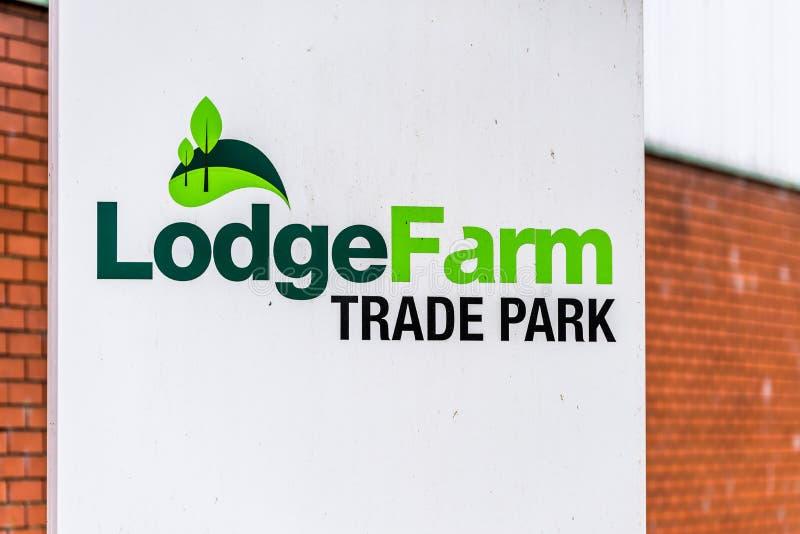 Нортгемптон Великобритания 11-ое января 2018: Столб знака логотипа парка торговлей фермы ложи стоковое фото
