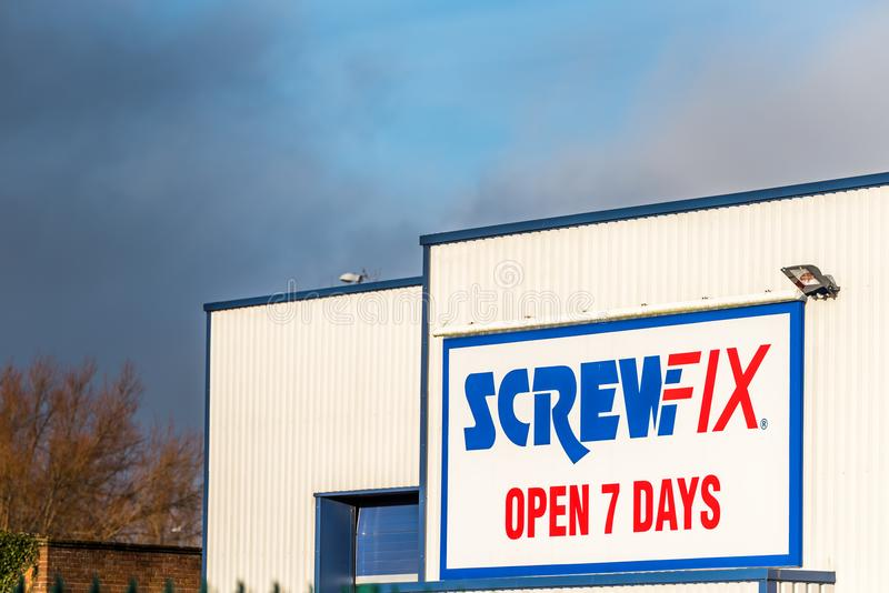 Нортгемптон Великобритания 10-ое января 2018: Screwfix раскрывает столб знака логотипа 7 дней стоковое изображение rf