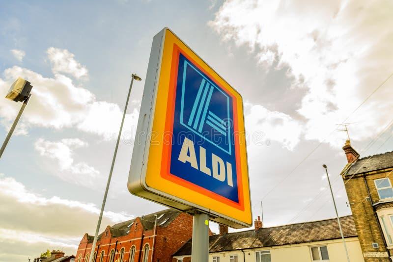 Нортгемптон Великобритания 3-ье октября 2017: Логотип Aldi подписывает внутри Northampton Town центризует стоковые изображения rf